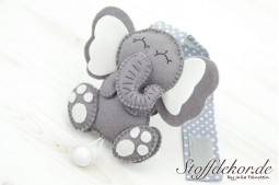 Elefantenbaby mit Holzkugel